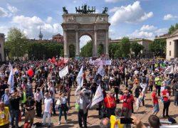 Contro ogni violenza, viva la libertà: manifestazione a Milano