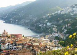 Vietri sul mare: una bellezza della Costiera Amalfitana, maestra di ceramica e maestria nei colori